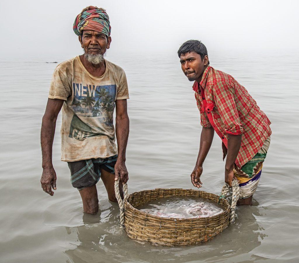 Deux hommes de la pêche en rivière.