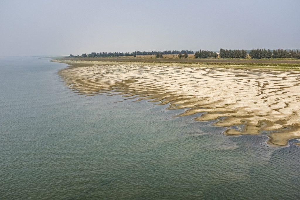 Cette image a été prise à la fin du mois de février, environ un mois avant le début de la saison de la mousson, montre un ruisseau qui rétrécit dans le site du patrimoine mondial de l'UNESCO des Sundarbans.