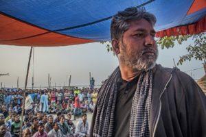 Un homme s'adressant à un large public.