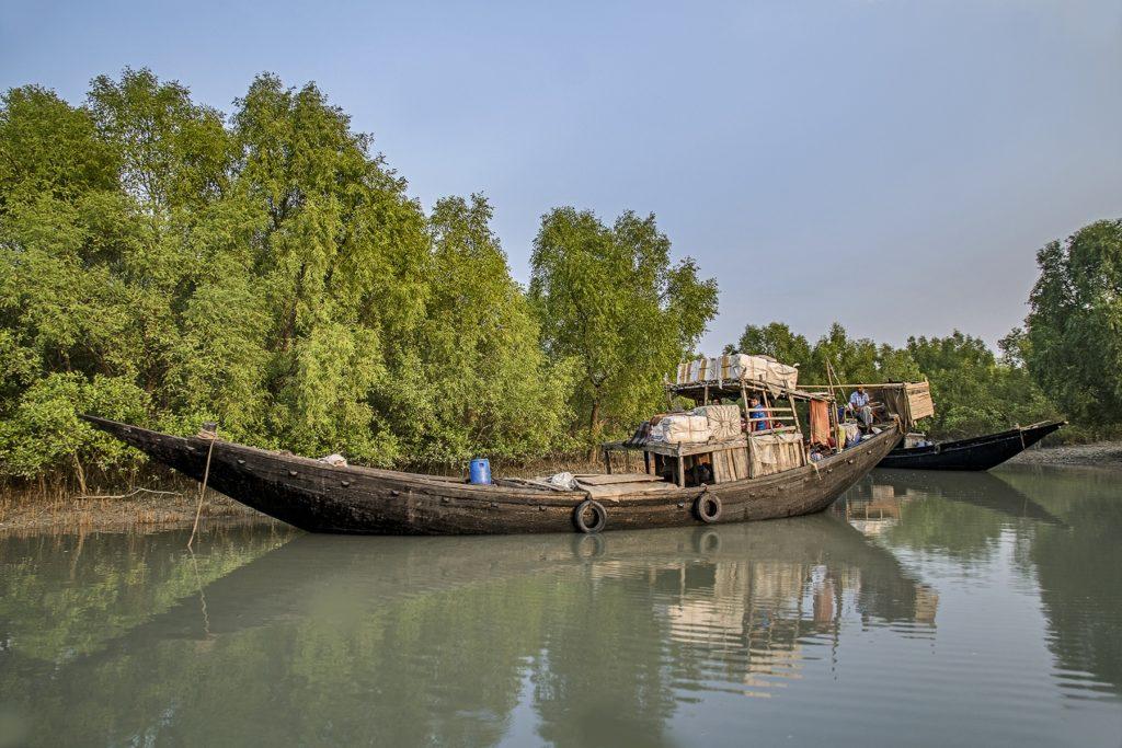 Un vieux bateau en bois sur la rivière.