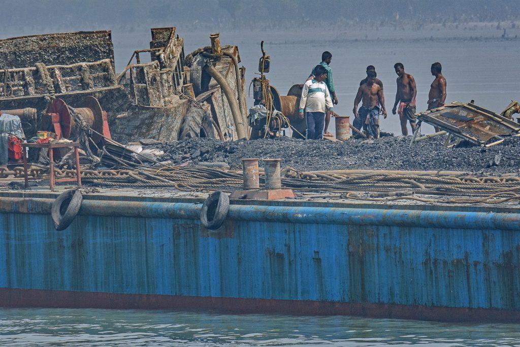 Hommes debout sur un bateau hors de l'eau.