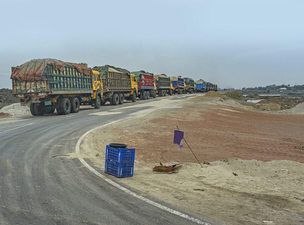 Des camions se dirigeant vers le chantier de construction de la centrale électrique de Rampal