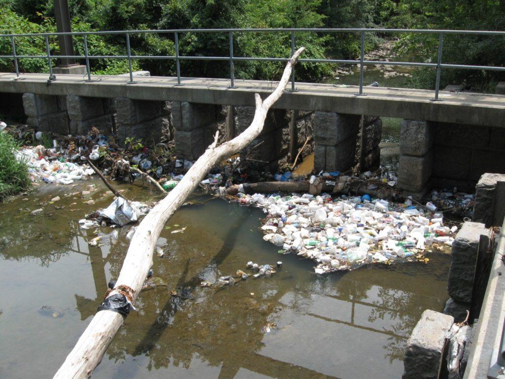 Gwynns Run, un ruisseau de Baltimore, montre à quel point les plastiques ont un impact dommageable sur les voies navigables locales.