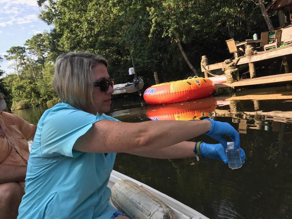 Mobile Baykeeper Casi Callaway recueille des échantillons d'eau dans un lieu de baignade local populaire.