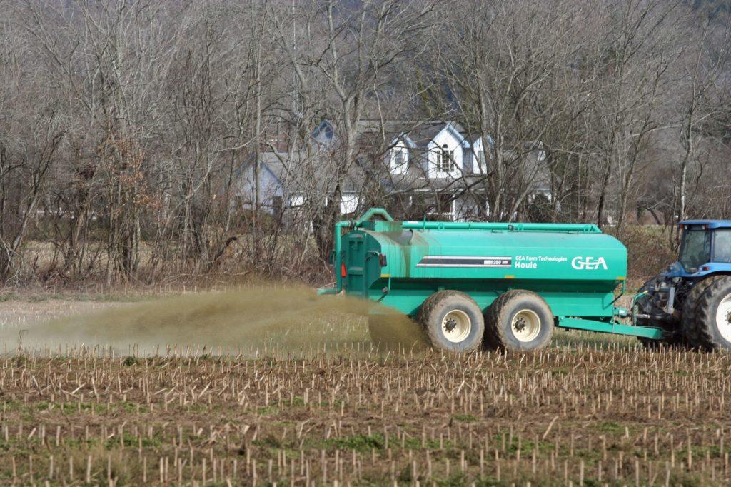 Un tracteur à eau traversant un champ.
