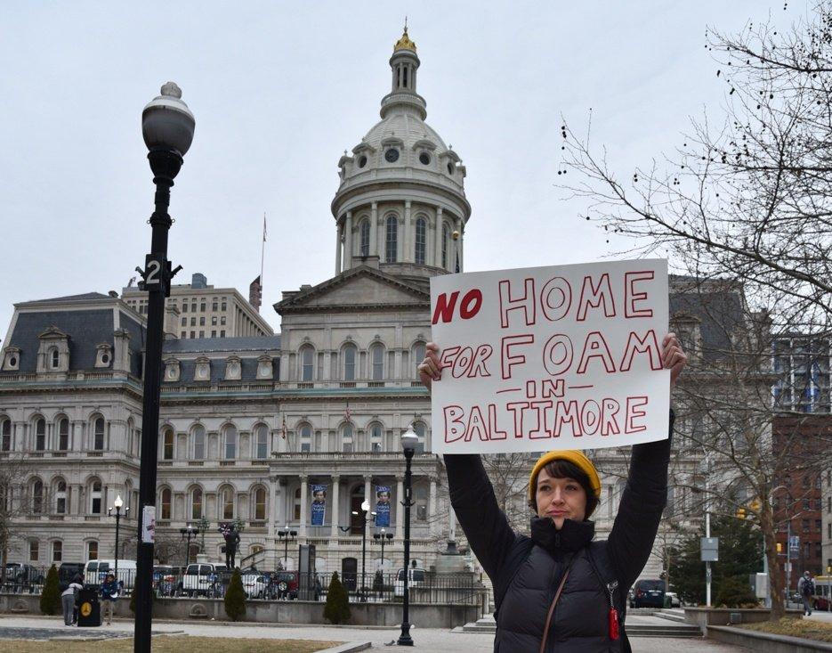 «Pas de foyer pour la mousse à Baltimore», lit-on dans un panneau tenu haut par un manifestant avant une audience du conseil municipal sur le projet de loi visant à interdire les conteneurs en polystyrène.
