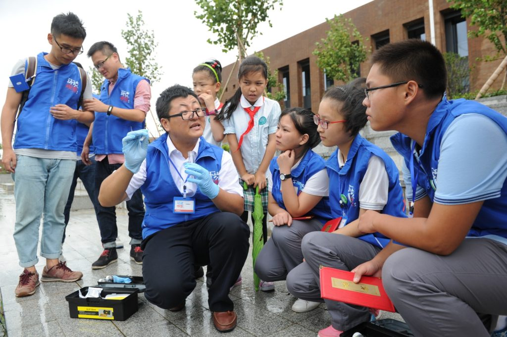 Hao Xin speaking to a group of children