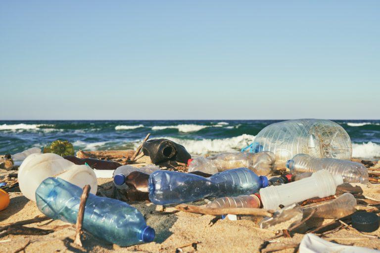 海滩上的塑料污染