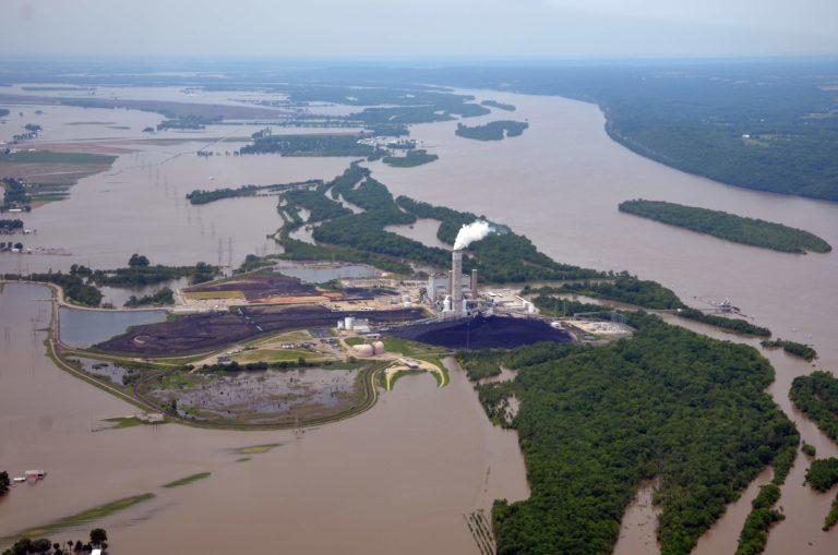 Ameren's Sioux Power Station en la confluencia entre los ríos Mississippi y Missouri durante una inundación