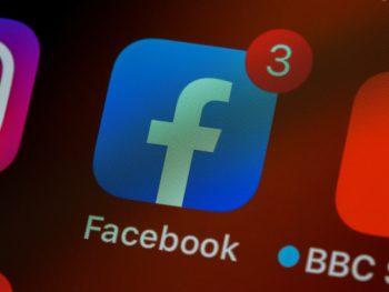 La aplicación de Facebook con tres notificaciones.