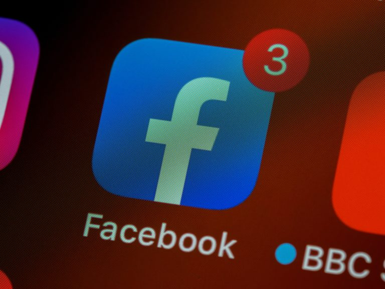 L'application Facebook avec trois notifications.