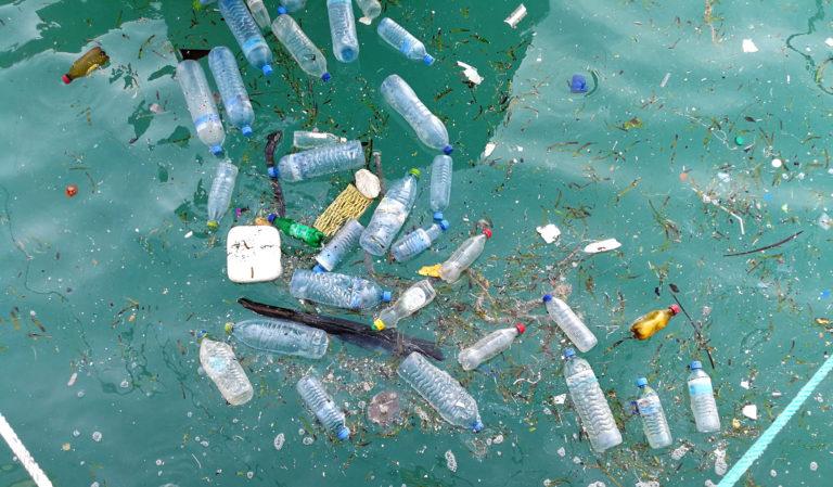 Botellas de agua de plástico flotan en el agua