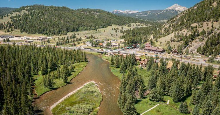 Un río fluye a través de Big Sky Montana
